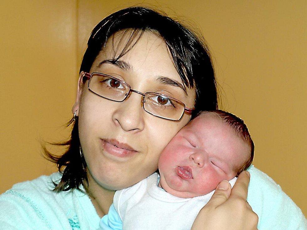 MARIE TRUHLÁŘOVÁ přišla na svět v neděli 23. ledna v 1.15 hodin. Při narození vážila 3300 gramů a měřila 48 centimetrů. Bráška František, maminka Alena a tatínek Otakar se těší z malé Marušky doma v Mariánských Lázních.