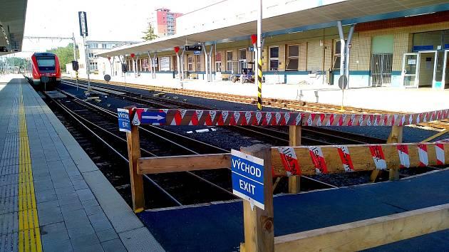 První a část druhého nástupiště na chebském nádraží je v tuto chvíli uzavřena.