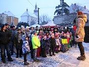 Ve znamení blížících se svátků se nesou poslední dny také ve Skalné. Adventní čas zde zahájili mší v kostele svatého Jana Křtitele, po které následoval program pod hradem Vildštejn. Zahrát přijel žesťový kvintet a zazpívaly místní děti.