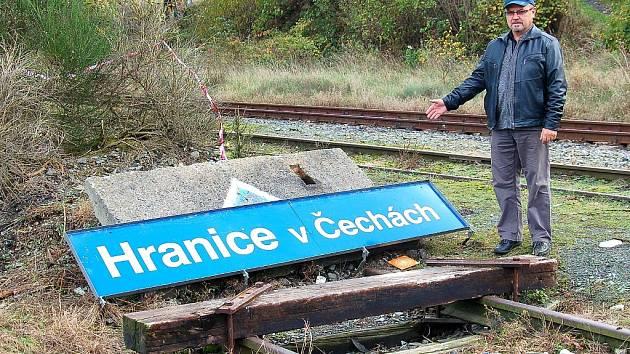 STAROSTA HRANIC Miroslav Picka ukazuje, že z historické budovy nádraží zbyla jen cedule s názvem stanice.