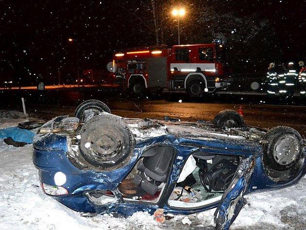 Tragická dopravní nehoda se stala ve středu hodinu po půlnoci mezi Chebem a Aší u Františkových Lázní. O život při ní přišli tři Němci.
