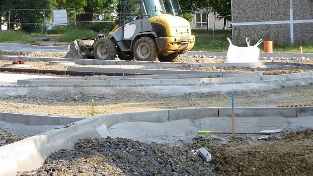 Rekonstrukce parkoviště na chebském sídlišti Skalka se chýlí ke konci.
