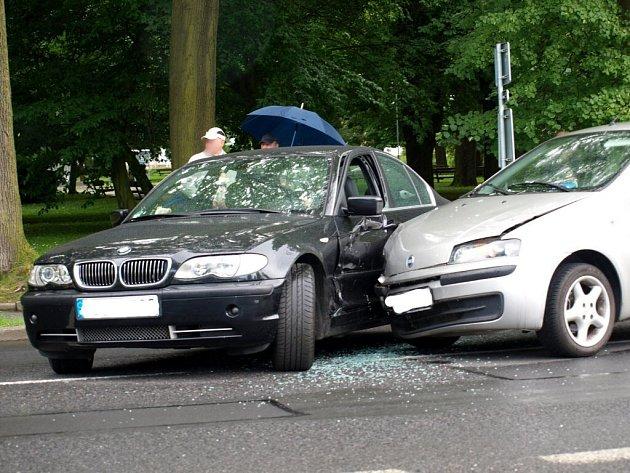 Dopravu v Chebu zkomplikovala dopravní nehoda nedaleko od kruhové křižovatky na Májové ulici, která se stala v pátek 12. června okolo poledne