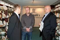 JEDNÁNÍ NEKONČÍ. Představitelé Hengisu Michal Bíman (vlevo) a Miroslav Kříž (vpravo) včera v sídle Karlovarského porcelánu v Nové Roli jednali i s insolvenčním správcem Tomášem Čermínem.