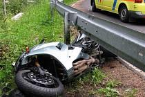 Následky střetu motocyklu a osobního vozidla u Otročína