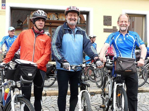 Budoucí česko-německou část stezky si již projeli chebský místostarosta Vladimír Hartmann (uprostřed), náměstek hejtmana Karlovarského kraje Petr Navrátil (vlevo) a duchovní otec projektu, německý europoslanec Michael Cramer (vpravo).