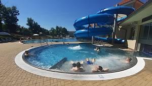 V Čtvrteční odpoledne na západě Čech připomíná tropické počasí. Teploty se šplhají ke třicítce a Aquaforum Františkovy Lázně připomíná destinaci jak u moře. Mnoho spokojených návštěvníků relaxuje ve vodě i na sluníčku.