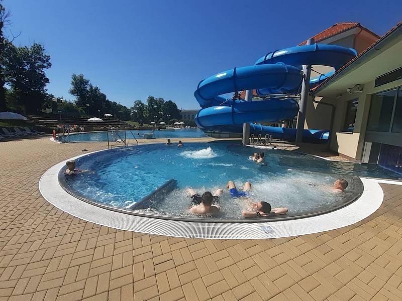 Čtvrteční odpoledne na západě Čech připomíná tropické počasí. Teploty se šplhají ke třicítce a Aquaforum Františkovy Lázně připomíná destinaci jak u moře. Mnoho spokojených návštěvníků relaxuje ve vodě i na slunci. Rodiny s dětmi si užívají konečně letníh