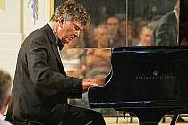 SVĚTOZNÁMÝ KLAVÍRISTA Eugen Indjic se představil svým příznivcům u příležitosti zahajovacího koncertu Chopinova festivalu.