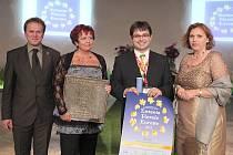 STAROSTKA DRMOULU Vladislava Chalupková společně s místostarostou (oba uprostřed snímku) přebrali bronzové ocenění od Jaroslava Brzáka a Inky Truxové.