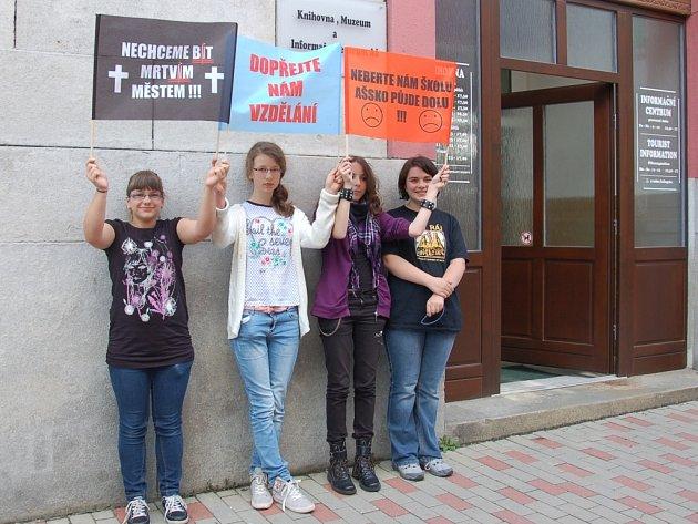 TAKÉ AŠŠTÍ STUDENTI protestovali proti zrušení své školy.