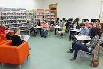 PÁTEČNÍ ČTENÍ V ANGLIČTINĚ si v chebské knihovně našlo řady příznivců.