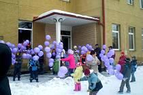 DRMOULSKÉ DĚTI při  vypouštění balónků potrápil silný vítr. Všichni je naštěstí uchránili a k nebi pustili v ten správný čas.