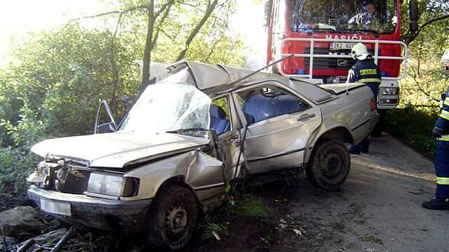 DOPRAVNÍ NEHODA s tragickým koncem se odehrála u Zádubu – Závišína na Mariánskolázeňsku. 23letý řidič nezvládl vozidlo a skončil na stromě. Na místě zemřel.