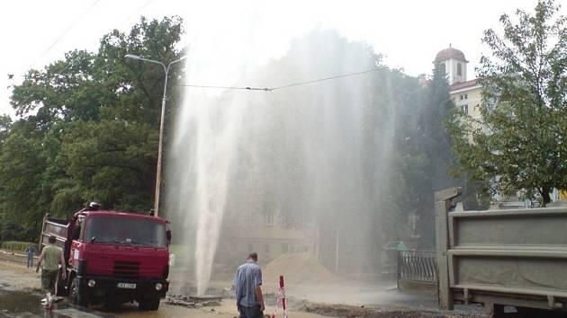Z porušeného vodovodního potrubí v Mariánských Lázních stříkala voda deset metrů vysoko