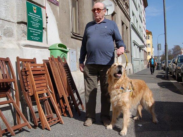 VLASTIMIL SMOLÍK z Mariánských Lázní se svým pomocníkem Grandem si v Chebu otestovali takzvanou frekvenci, tedy pohyb vodicích psů v běžném městském provozu.