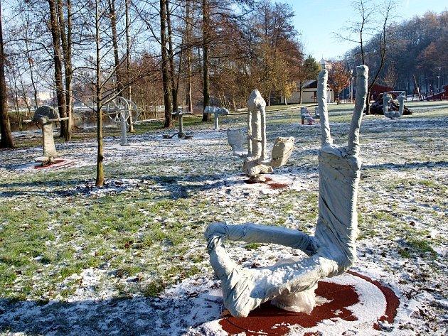 SENIORSKÉ HŘIŠTĚ vzniká na chebské Krajince u Vávrovy lávky. V současné době je již téměř dokončené a k předání dojde příští týden, zatím jsou stroje obalené ochrannou folií.