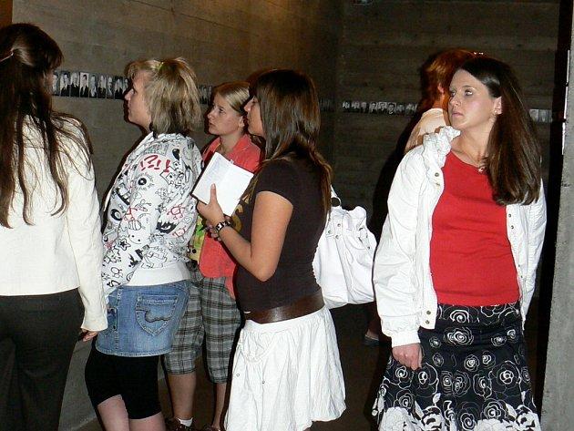 Exkurze chebských gymnazistů v Terezíně, Lidicích a kostele sv. Cyrila a Metoděje, kde zemřeli parašutisté, kteří spáchali atentát na Heydricha