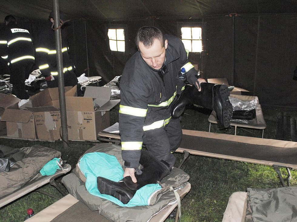 Sbory dobrovolných hasičů z Karlovarského kraje nacvičovaly v autocampu Luxor u Drmoulu záchranu osob při živelních katastrofách.