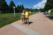 Páteční odpoledne v Mariánských Lázních je jako malované a stvořené pro téměř víkendovou procházku. Teplota je něco přes třicet stupňů.