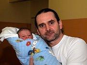 OLIVER TOBOŘÍK se narodil v úterý 24. listopadu v 23.44 hodin. Na svět přišel s váhou 3 610 gramů a měřil 53 centimetrů. Maminka Petra a tatínek Václav se radují z malého Oliverka doma v Mariánských Lázních.