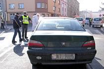 DOPRAVNÍ POLICISTÉ se zaměřili také na chodce a nachytali jich hned dvanáct při přecházení na červenou. Akce se uskutečnila v chebské Májové ulici.