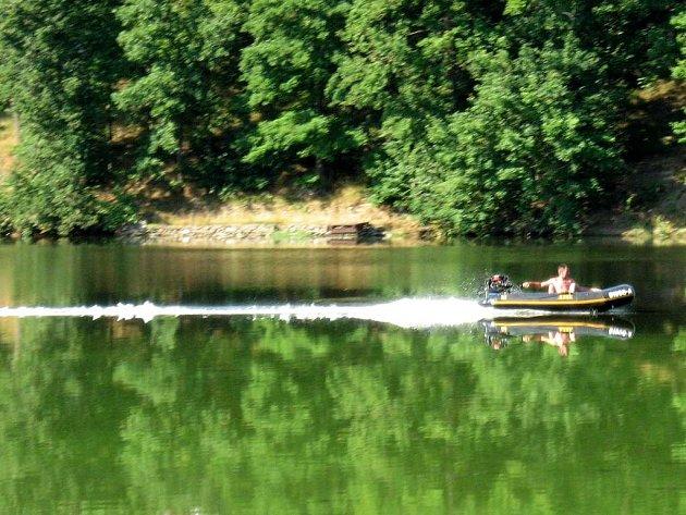 Hlučné motorové čluny začaly jezdit po přehradní nádrži Skalka u Chebu