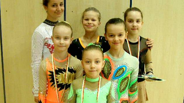 MARIÁNSKOLÁZEŃSKÉ moderní gymnastky: vzadu –  Káťa L., Adéla Z., Denisa N., uprostřed Linda Č. a Simona K., vpředu – Sára P., zatím nejúspěšnější letošní závodnice ZPMG.