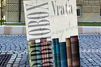 Už skoro pět let mohou lidé v Chebu vracet knihy do knihovny i mimo provozní dobu. Umožňuje to takzvaný bibliobox. Právě na něm se teď ale vyřádili vandalové.