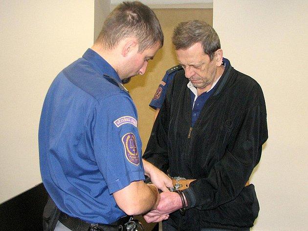 MILAN JEDLIČKA si vyslechl trest. Za vraždu barmanky mu Krajský soud v Plzni vyměřil sedmnáct let vězení a ústavní protialkoholní léčbu.