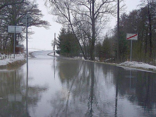 Prognózy odborníků se naplnily. Tající sníh zkomplikoval dopravu na silnici mezi Milíkovem a Těšovem.