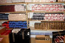 Zabavené cigarety na chebské tržnici