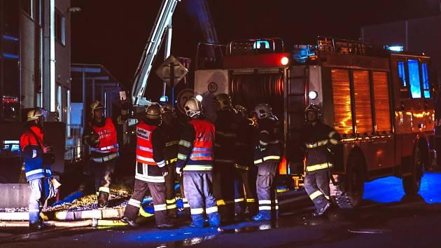 MAJÁKY V CHEBSKÉ PRŮMYSLOVÉ zóně zaujaly i řadu řidičů. Naštěstí nešlo o opravdovou událost, ale o cvičení. Zúčastnili se ho nejen hasiči z regionu, ale i jejich němečtí kolegové.