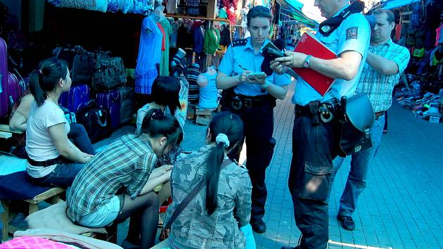 V RÁMCI BEZPEČNOSTNÍ AKCE zjišťovali také policisté totožnost stánkařů.