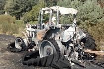 POŽÁR TRAKTORU s návěsem museli řešit hasiči nedaleko Chebu u obce Všeboř. Oheň zasáhl kromě techniky i pole s obilím, plameny se rozšířily až na plochu 200 x 1000 metrů.