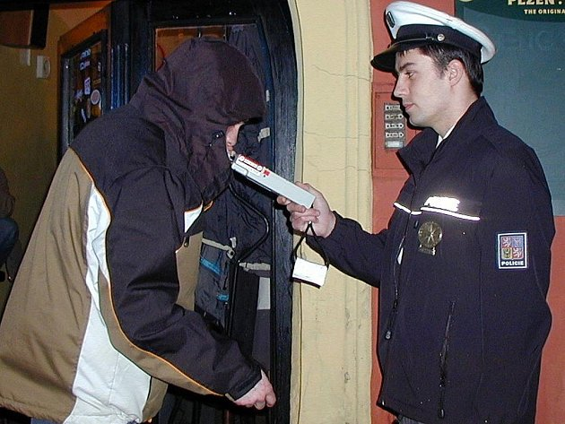 Policejní kontroly mladistvých a nezletilých se na Chebsku konají už řadu let. Konzumace alkoholu děti láká, jenže tím také přidělávají starosti rodičům. Ti si je pak vyzvedávají na policejní stanici.