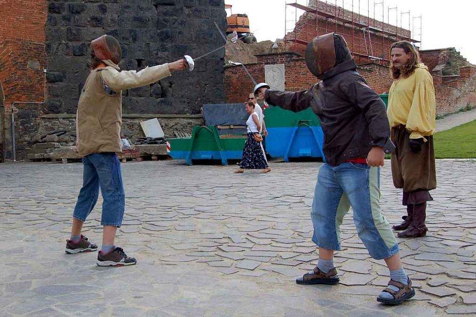 Na Chebském hradě si děti vyzkoušely šerm