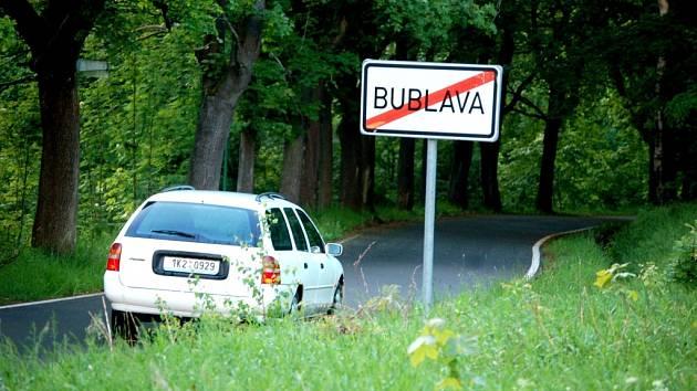 Za rizikovou označují zastupitelé Bublavy silnici k hranicím. Je podle nich úzká. Chybí tam  také chodníky. Proto nesouhlasili s jejím bezúplatným převodem.