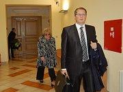 OBŽALOVANÁ lobbistka Jana Mrencová, která čelí obžalobě z přijetí úplatku, přišla poprvé k chebskému soudu.