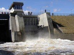 V přehradní nádrži Skalka se každoročně přemnožují sinice.