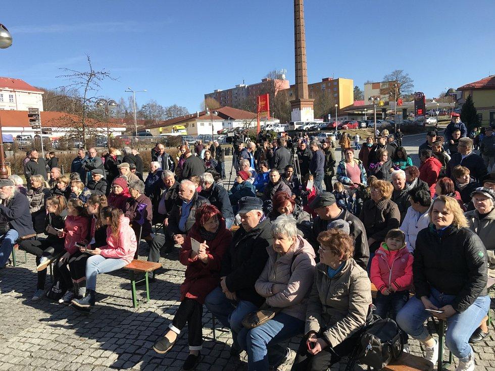 Obyvatelé Aše zaplnili náměstí a čekají na setkání s prezidentem Milošem Zemanem.