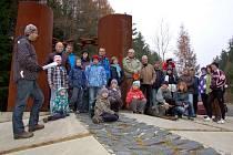 Na tři desítky Chebanů se v sobotu 17. listopadu vydaly ze Slapan k památníku Obětem železné opony ve Svatém Kříži. Akci uspořádalo sdružení Za přívětivý Podhrad, které chtělo připomenout nejen 23 let od sametové revoluce.