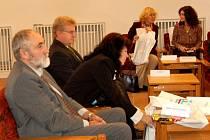 Cheb navštívili členové parlamentního výboru pro evropské záležitosti.  Bývalý chebský místostarosta, nyní poslanec a člen uvedeného výboru Pavel Vanoušek (vpředu) na setkání také nechyběl