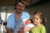 JAKUB OKRES z Lubů se narodil 24. listopadu ve 12,05 hodin. Měřil 51 centimetrů a vážil 3,83 kilogramu. Do chebské porodnice se na něj přišla podívat sestřička Karolínka.