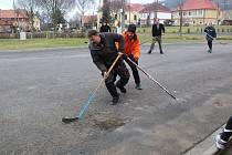 Tradici silvestrovského hokeje udržují v Milíkově už desítky let.