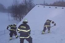 Na žádost starostky Drmoulu Vladislavy Chalupkové vyjížděli drmoulští dobrovolní hasiči, aby odklidili hromadu tajícího sněhu a ledu ze střechy budovy místní mateřské školy