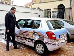 NOVĚ OZNAČENÝ automobil chebského městského úřadu se bude objevovat nejen v ulicích města, ale i za hranicemi. Tajemník úřadu Václav Sýkora (na snímku) je prý spoluautorem nápadu.