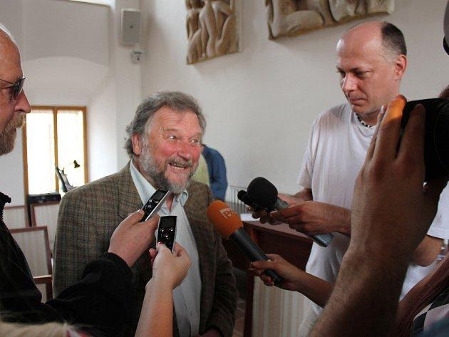 UŽ PO VYDÁNÍ KNIHY o chebském divadle byl František Hromada středem zájmu nejen médií.