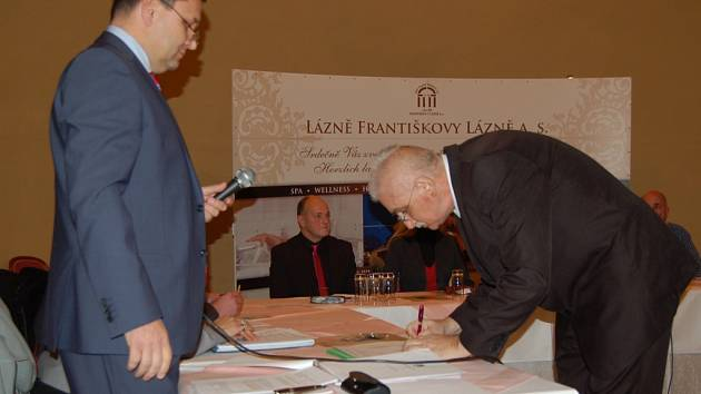 František Šnajdauf při podpisu.