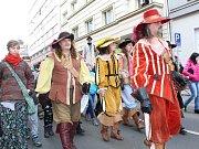 Tisíce rozesmátých tváří v nejrůznějších převlecích a maskách. Tak vypadaly tradiční masopustní průvody v celém Karlovarském kraji. Ten největší se konal v pořadí již potřinácté v Chebu.